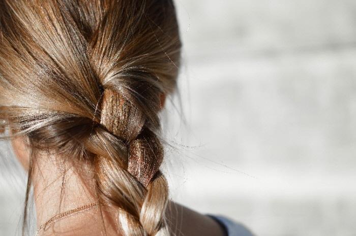 Femme avec tresse, vue de dos