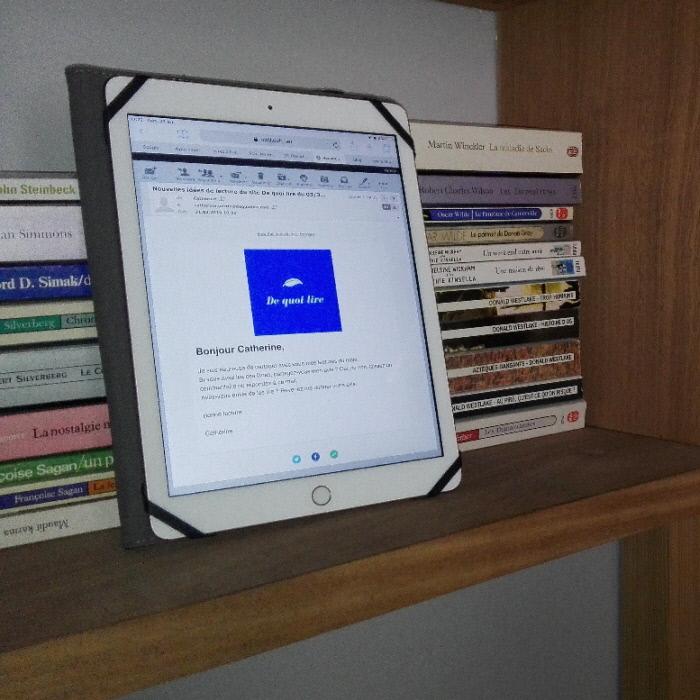 Tablette posée contre des livres