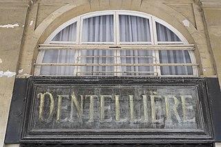 Inscription dentellière sur un fronton