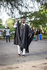 Un homme avec un Agbada, vêtement traditionnel