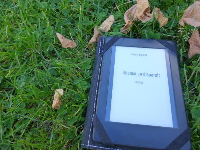 """Liseuse avec le livre de Laurent Bouché """"Silence on disparaît"""""""