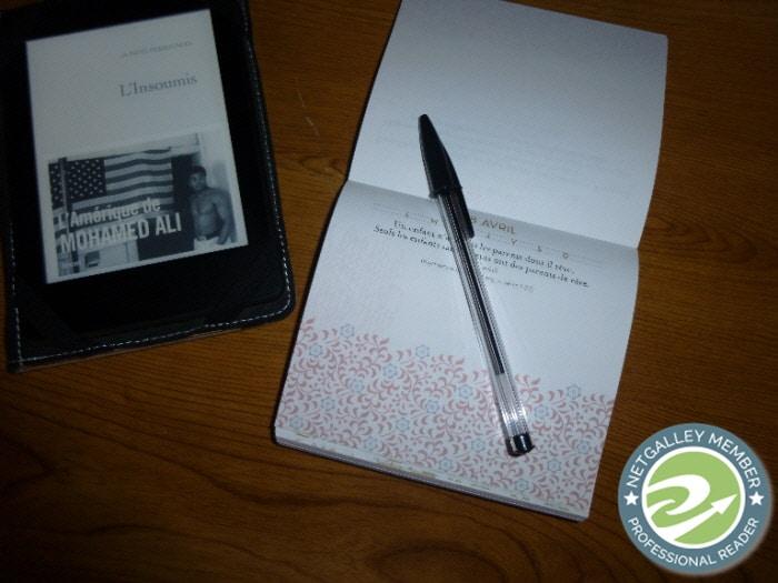 Liseuse avec la couverture du livre de Judith Perrignon, L'insoumis. Carnet et stylo