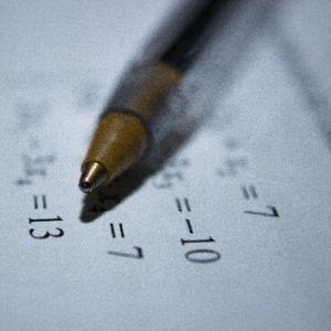 Feuille de papier avec des chiffres, stylo