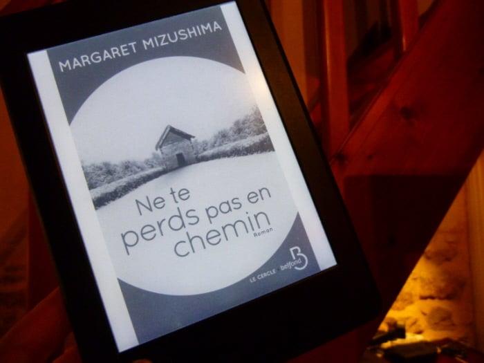 Liseuse avec le livre de Margaret Mizushima, Ne te perds pas en chemin