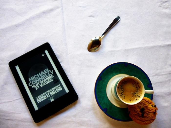 Tasse de café, cuiller et liseuse avec le livre de Micheal Connelly, Nuit sombre et sacrée