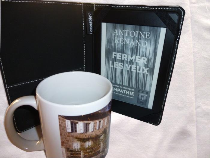 Mug et liseuse avec le livre d'Antoine Renand, Fermer les yeux.