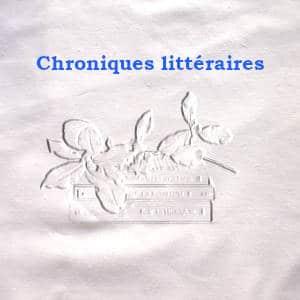 En arrière plan, une pile de livres, au premier plan, Chroniques littéraires