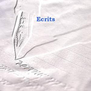 En arrière plan, une plume qui glisse sur un papier, au premier plan Ecrits