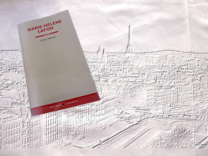le livre de Marie-Hélène Lafon, Les pays, avec en arrière plan une gravure de Paris avec la Tour Eiffel