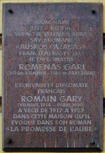 Plaque de commémoration devant la maison de Vilnius où a vécu Romain Gary