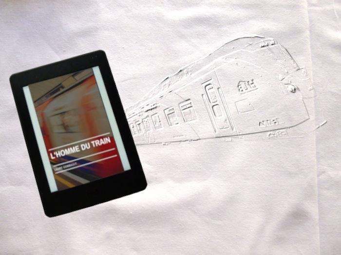En arrière plan un train. Au premier plan, une liseuse avec le livre de Laure Gombault, L'homme du train.