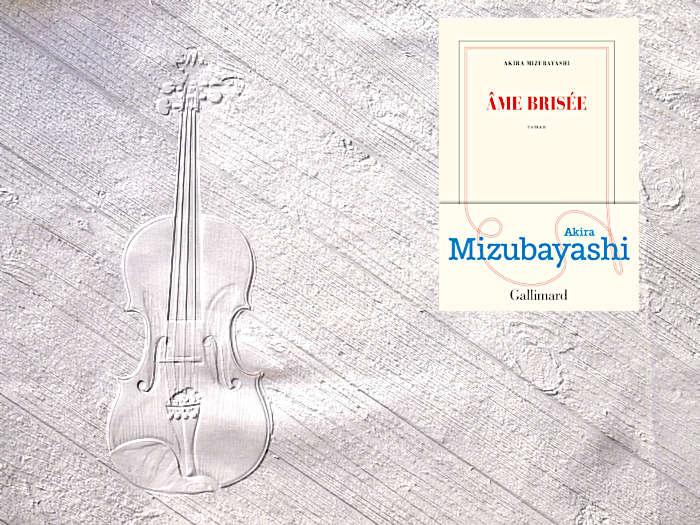 En arrière plan, un violon posé sur un plancher. Au premier plan, la couverture du livre d'Akira Mizubayashi, Ame brisée