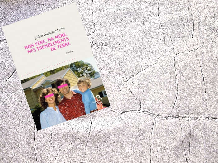 Sur un arrière plan de terre craquelé, le couverture du livre de Julien Dufresne-Lamy, Mon père, ma mère, mes tremblements de terre.