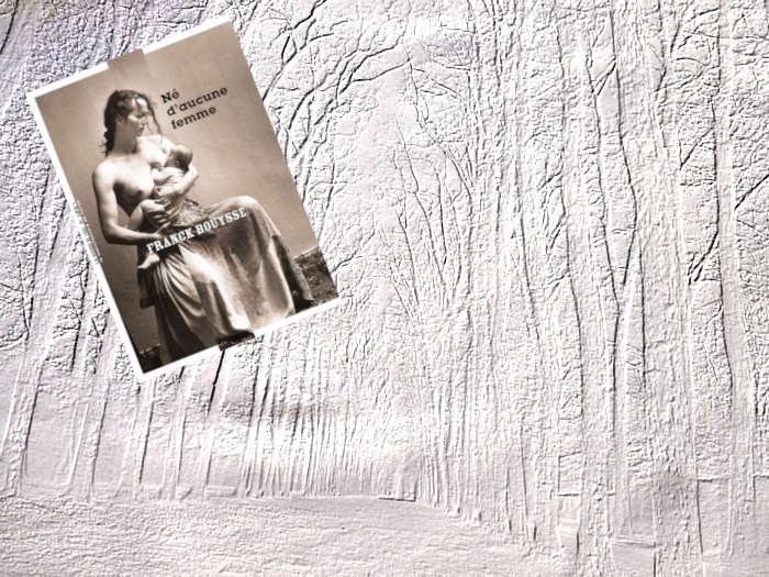 En arrière plan et en filigrane une allée bordée par des arbres. Au premier plan, le livre de Franck Bouysse, Né d'aucune femme.