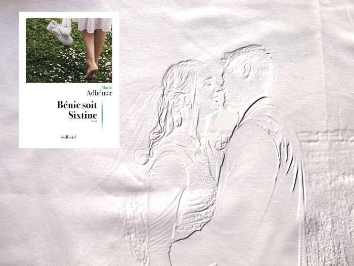 En arrière plan, deux mariés et au premier plan la couverture du livre de Maylis Adhémar, Bénie soit Sixtine