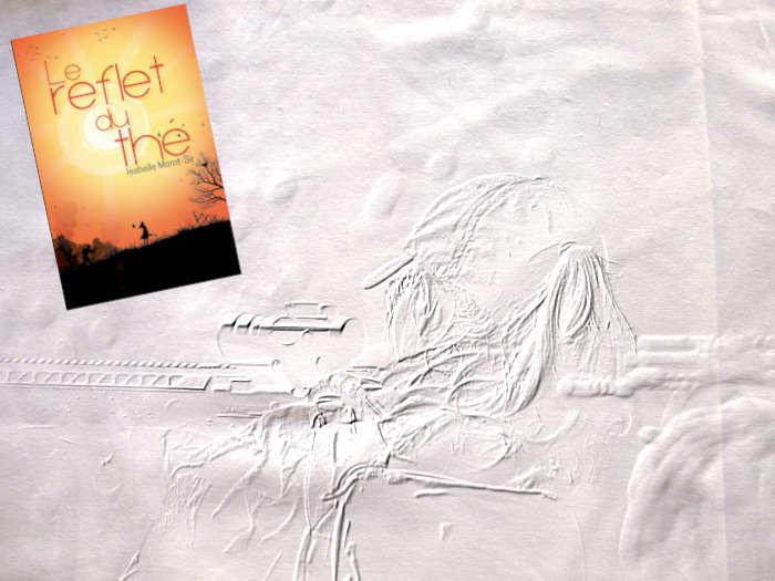 En arrière plan, une jeune fille qui s'apprête à tirer. Au premier plan, le couverture du livre d'Isabelle Morot-Sir, Le reflet du thé.