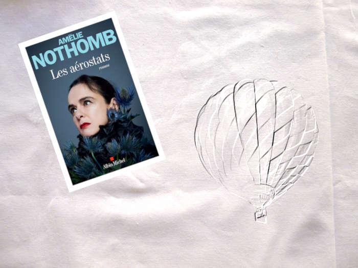 En arrière plan, une montgolfière et au premier plan, la couverture du livre d'Amélie Nothomb, Les aérostats.
