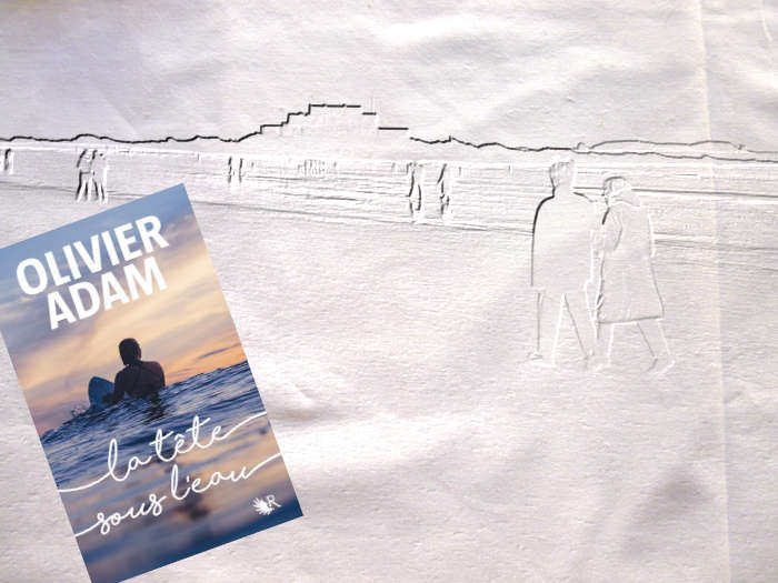 A l'arrière plan, des personnes se promènent sur une plage. Au premier plan, la couverture du livre d'Olivier Adam, La tête sous l'eau.