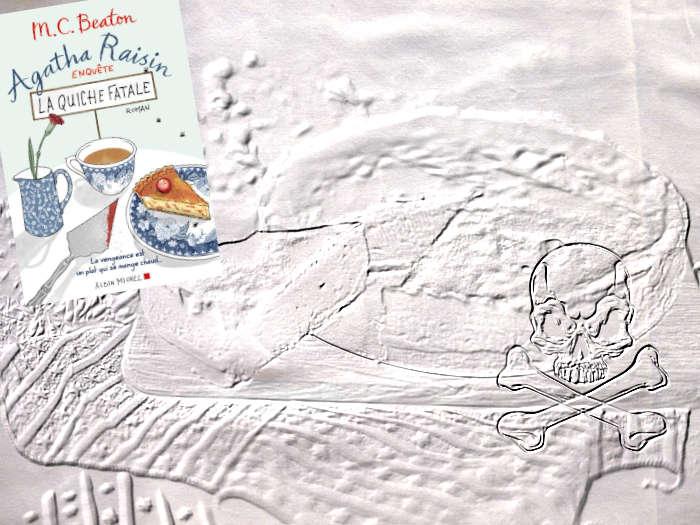 En arrière plan, une quiche et une tête de mort. Au premier plan, la couverture du livre de M.C. Beaton, La quiche fatale