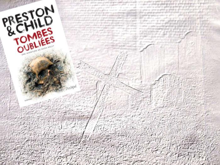 En arrière-plan, pierres tombales et croix. Au premier plan, couverture du livre de Preston & Child, Tombes oubliées.