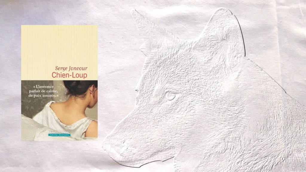 En arrière plan, une tête de loup, au premier plan, la couverture du livre de Serge Joncour, Chien-loup