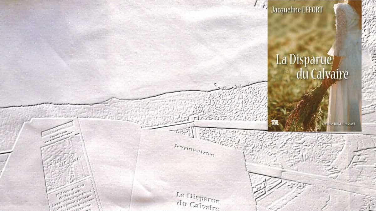 En arrière plan, un livre ouvert sur une terrasse, au premier plan la couverture du livre de Jacqueline Lefort, La disparue du calvaire