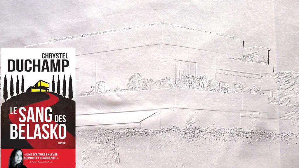 En arrière plan, une maison avec terrasse et au premier plan, la couverture du livre de Chrystel Duchamp, Le sang des Belasko.