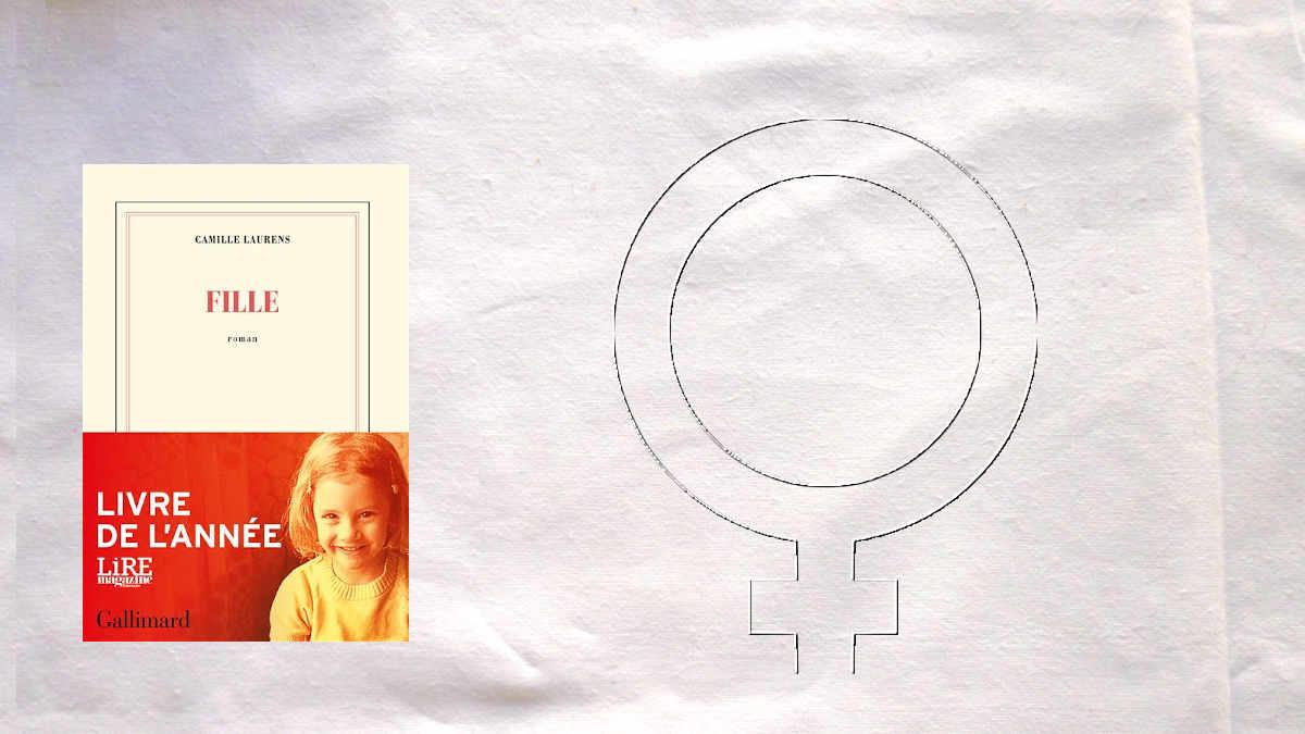 A l'arrière plane, le symbole pour le féminin, au premier plan, la couverture du livre de Camille Laurens, Fille