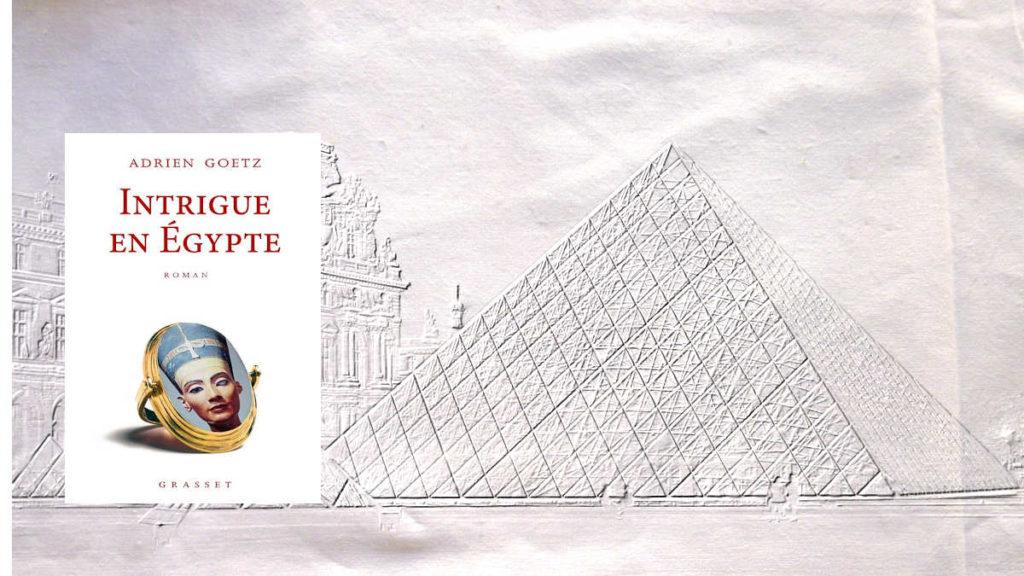 En arrière plan, la pyramide du Louvre, au premier plan, la couverture du livre d'Adrien Goetz, Intrigue en Egypte