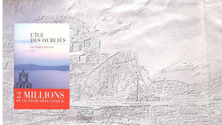 A l'arrière-plan, le fort de l'île de Spinalonga, au premier plan, la couverture du livre de Victoria Hislop, L'île des oubliés