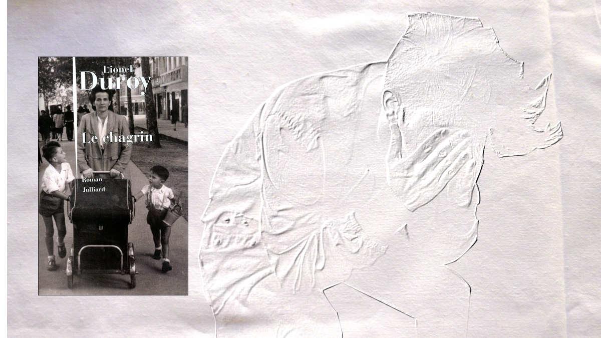 A l'arrière-plan, un jeune homme prend sa tête entre les mains, au premier plan la couverture du livre de Lionel Duroy, Le chagrin