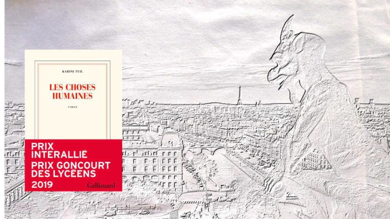 A l'arrière-plan, une gargouille regarde Paris, au premier plan, la couverture du livre de Karine Tuil, Les choses humaines