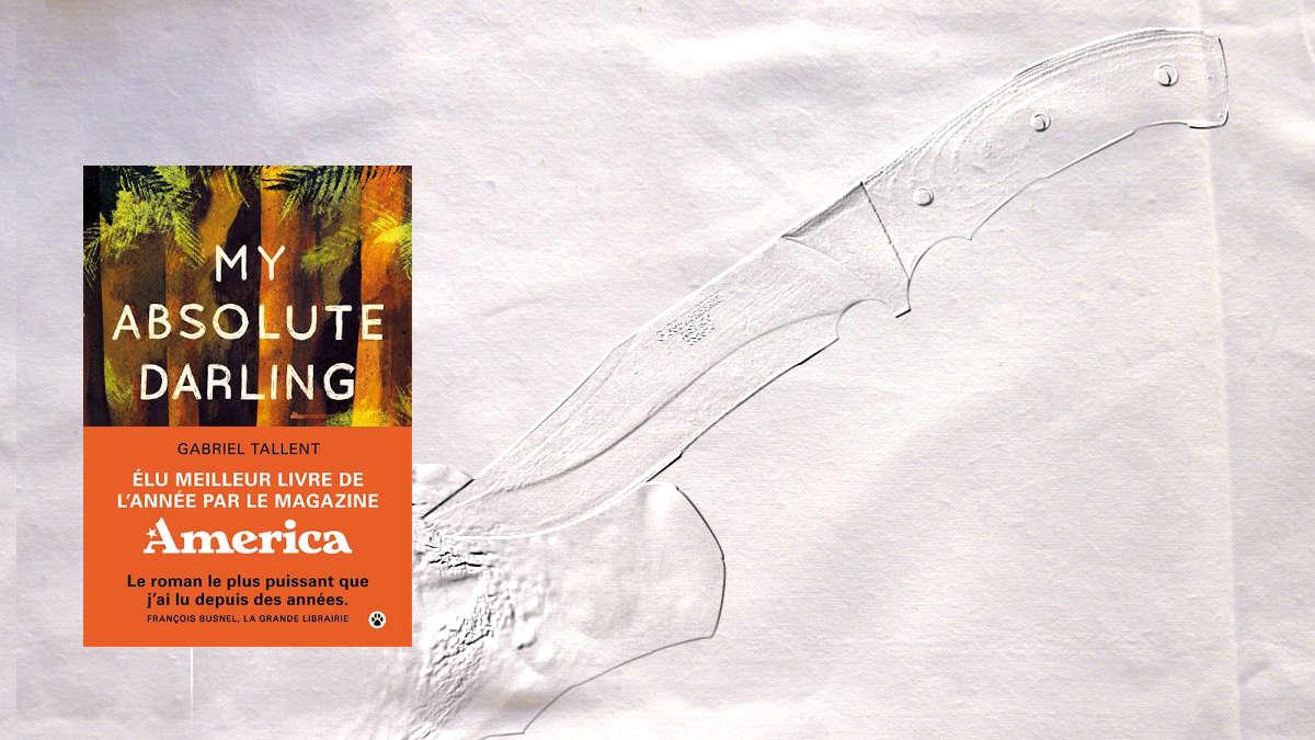 En arrière plan, un couteau planté dans un arbre, au premier plan, la couverture du livre de Gabriel Tallent, My Absolute Darling