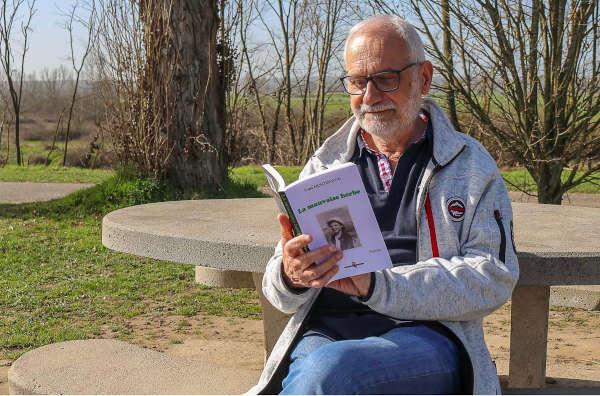 Photos de Yves Montmartin avec un livre