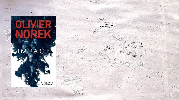 A l'arrière plan, des déchets flottent dans la mer. Au premier plan, la couverture du livre d'Olivier Norek, Impact