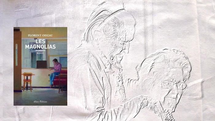 A l'arrière plan, deux vieilles femmes. Au premier plan, couverture du livre de Florent Oiseau, Les Magnolias