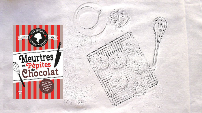 En arrière plan, un fouet de pâtisserie, une grille et des cookies, au premier plan, la couverture du livre de Joanne Flucke, Meurtre et Pépites de chocolat