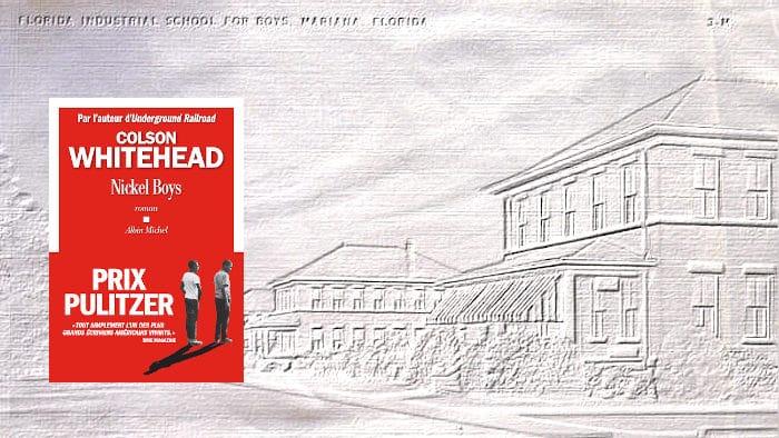 En arrière plan, une carte postale représentant la Dozier School, au premier plan, la couverture du livre de Colson Whitehead, Nickel Boys