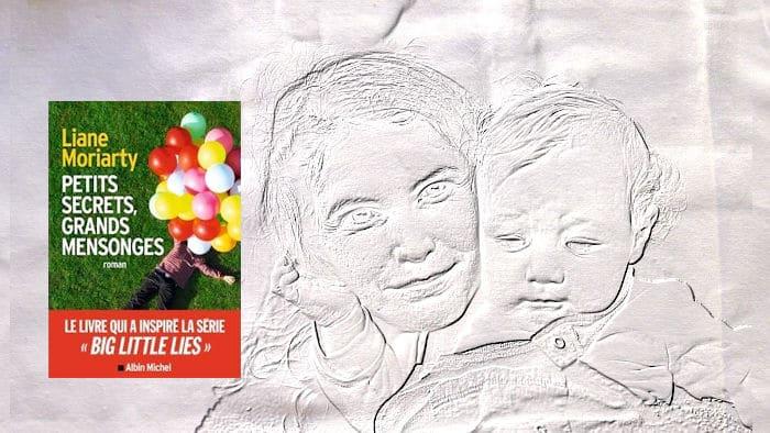 En arrière-plan, une maman et son bébé, au premier plan, le couverture du livre de Liane Moriarty, Petits secrets, grands mensongs