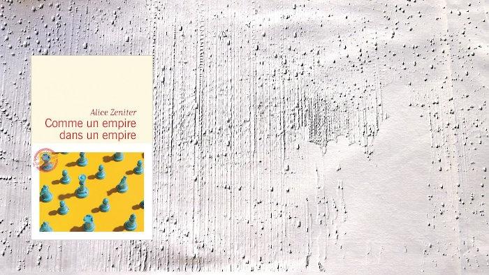 A l'arrière-plan, des humains devant un réseau, au premier plan la couverture du livre de Tatiana de Rosnay, Comme un empire dans un empire