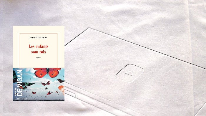 A l'arrière-plan, un téléphone avec la flèche de Youtube, au premier plan couverture du livre de Delphine de Vigan, Les enfants sont rois