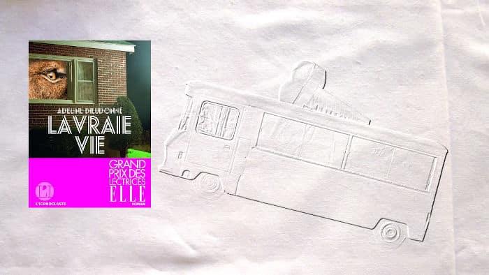 A l'arrière plan, un camion de crèmes glacées, au premier plan, la couverture du livre d'Adeline Dieudonné, La vraie vie
