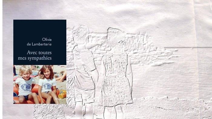 A l'arrière plan, deux enfants regardant la mère, au premier plan, la couverture du livre d'Olivia de Lamberterie, Avec toutes mes sympathies
