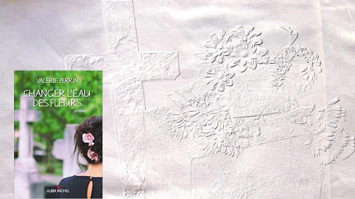 En arrière plan, des fleurs sur une tombe, au premier plan, la couverture du livre de Valérie Perrin, Changer l'eau des fleurs