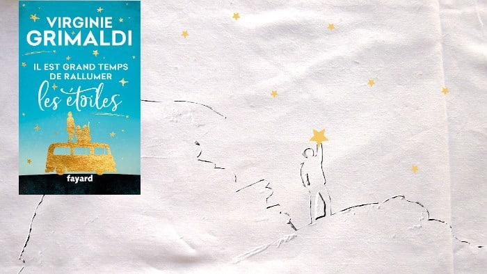 En arrière plan, une homme qui semble allumer une étoile. Au premier plan, la couverture du livre de Virginie Grimaldi, Il est grand temps de rallumer les étoiles.