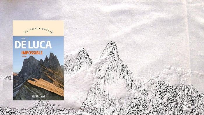 En arrière plan, les Alpes, au premier plan la couverture du livre d'Erri de Luca, Impossible
