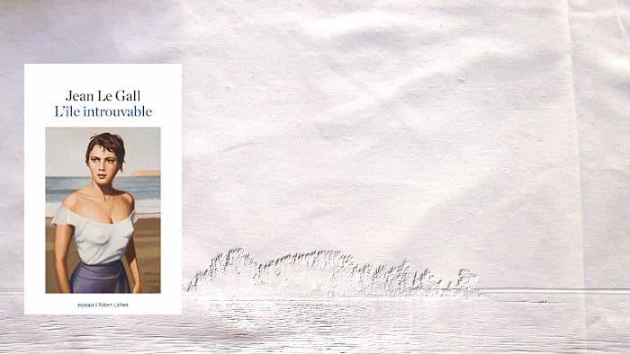 A l'arrière plan, une île, au premier plan, la couverture du livre de Jean Le Gall, L'île introuvable