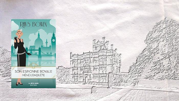 A l'arrière plan un château anglais et au premier plan, la couverture du livre de Rhys Bowen, Son espionne royale mène l'enquête.
