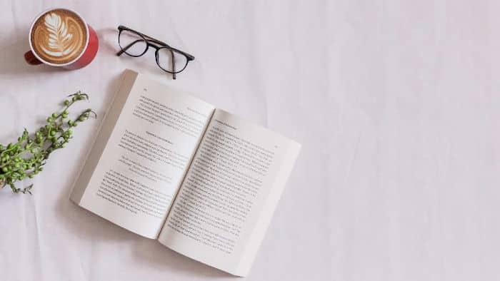 Livre, café et lunette