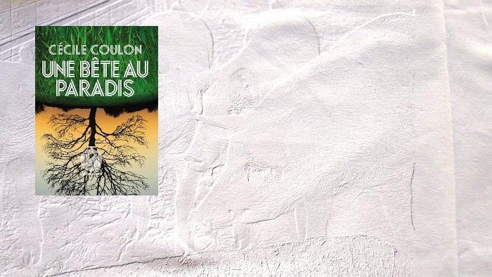 En arrière plan, une porcherie, au premier plan, la couverture du livre de Cécile Coulon, Une bête au paradis